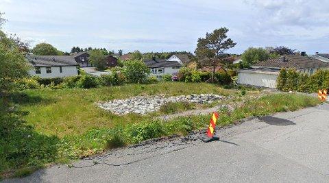 I Myrullvegen 8 skal eiendommen deles og bebygges med to eneboliger. De vil ha en annen møneretning enn flere andre boliger på feltet.