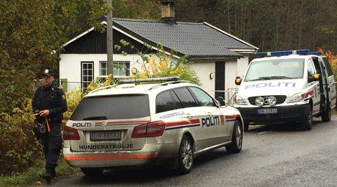 Det var til dette huset politiet måtte rykke ut, sent mandag kveld. Da de kom fram ble en 60 år gammel mann funnet død, med flere andre personer til stede.