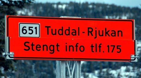 Skilt om stengt vei mellom Tuddal og Rjukan. Foto: Mari Nymoen