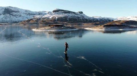 TYNN IS: Mange steder er det svært tynn is i Telemark. NVE og brannvesenet ber folk tenke seg om før de går ut på isen.