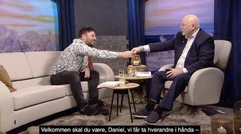 Jan Hanvold (t.h.) tok i mot gjesten Daniel Haddal på TV Visjon Norges direktesending mandag. Han åpnet med å si at de to fikk ta hverandre i hånden, siden de ikke trodde på korona-viruset. Foto:Screenshot Visjon Norge