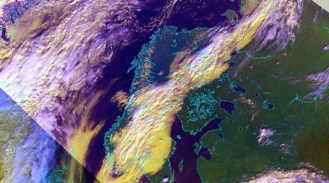 OMVENDT: Stort sett ser satellittbilder over Sverige og Norge motsatt ut, værmessig. Skyene pleier å trekke inn fra Atlanteren, og tømme nedbøren over Vestlandet når de møter Langfjella. Denne uka er det motsatt, påpeker statsmeteorolog Siri Wiberg.