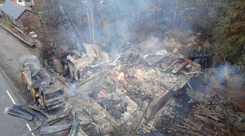 DRAMATISK BRANN: Det var en gammel mølle som brant ned i Vegårshei og da oppsto eksplosjonsfare på grunn av gassflasker som sto i bygget.