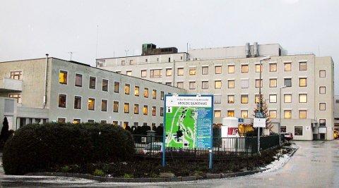 Kvinnen var på sykehuset i Molde for å gjennomgå et mindre inngrep. Det var da stålstrengen ble glemt av i blodåra til pasienten.