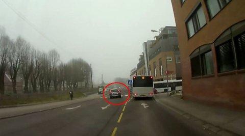 Her kjører bilen forbi i motsatt kjøreretning. Foto: Skjermdump fra video