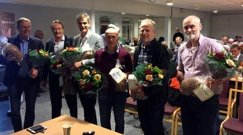 BLOMSTER OG BRØD: Her panelet og innledere samlet etter møteslutt. De ble alle takket av med blomster og brød.
