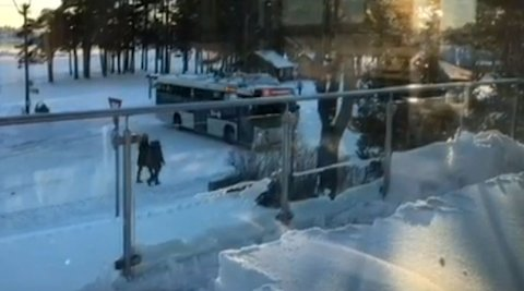 RYGGE: Bussene bør ikke rygges i denne rundkjøring. En nabo har filmet at denne bussen gjør nettopp det.
