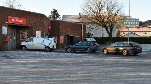 KØ: Flere biler ventet tålmodig for å få vaske bilen sin på julaften.