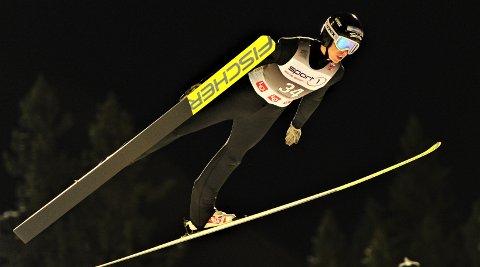 SLO TIL: Jonas Viken fikk ikke ut det beste i førsteomgangen, men i finaleomgangen smelte han til med et flott hopp på 128 meter.
