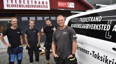 Trives på jobb: (Fra venstre) Bjørn Skaldebø, Mathias Fredrik Antonsen, Darius Kelmelis og Magnus Vatn Bergstad.