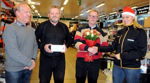 Julenisse: Hege Fosheim (t.h.) og Olle Rosendal (t.v.) var julenisser da de overrakte et gavekort på 30.000 kroner og blomster til styreleder Per Olav Svenskerud og Per Inge Nordberg, som holder gavekortet.