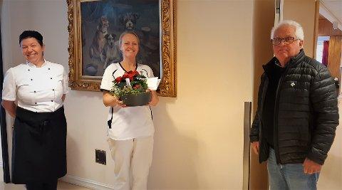 På Etnedalsheimen: Etnedalsheimen fikk den første juledekorasjonen fra LHL Valdres.  F.v. kjøkkensjef Ann Louise Eivik, sjukepleier Live Espelien og leder i LHL Valdres, Per Olav Eide.