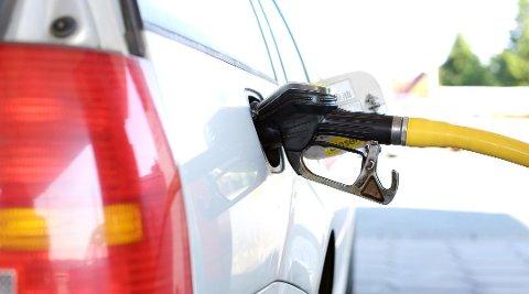 KAN BLI DYRT: Det blir stadig flere som fyller feil drivstoff på tanken.