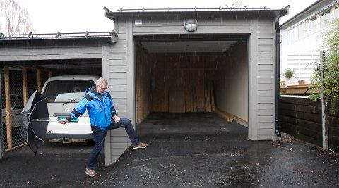 HØYT NED: Øystein Olav Holmelid, grendelagets styreformann, viser høydeforskjellen mellom garasjene.