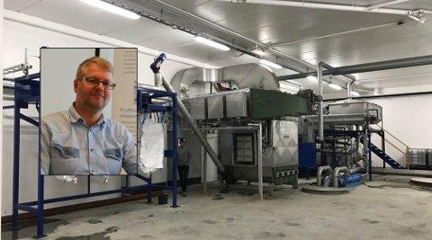 EGENUTVIKLET: Hallstein Baarset (innfelt) og Multivector har laget en linje som avvanner, tørker og pakker produktet i sekker. Teknologien har de utviklet selv og patentert.