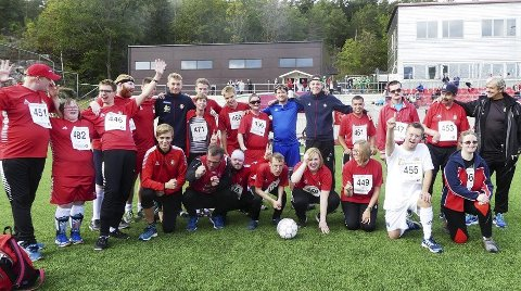 Lagbilde: Her er fotballspillerne i DFI gruppe 13 klar til å spille mot DFIs flotte juniorgutter. Og DFI-trener Teitur Thordarson er selvfølgelig mentor for hele gjengen.