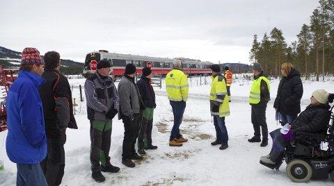 JERNBANEOVERGANGER: Grunneierne, Jernbaneverket, formannskap og administrasjon har vært på befaring på Godtlandsfloen. Nå er sikringsplanen lagt på is.Foto: Tonje Hovensjø Løkken