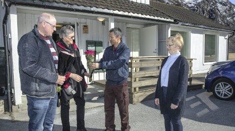 Åpning: Per Hallstein Stavik, Bergitte Huse Kippernes og Marta Innerdal får overrakt blomster av Svein Kåre Ulvund i forbindelse med åpningen.