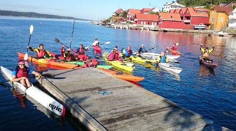 GODT BESØKT: Risør Ro- og Padleklubb fikk med 16 nybegynnere på tirsdagens introduksjonskurs. Her er gjengen samlet ved Sagjordet.