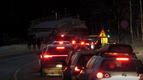 SYNDEBUKKEN: Lysreguleringen som sender trafikken forbi anleggsområdet i ett felt pekes ut som årsaken til den voldsomme trafikkorken når mange skal ned Holmenkollveien samtidig. SVEIP FOR FLERE BILDER.
