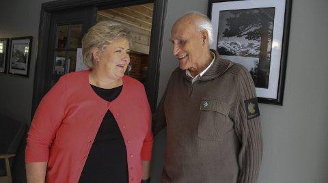 TAKKA ERNA:  Krigsveteran Sverre Sivertsen takka statsministeren for ein sterk og rørande tale. – Det var hyggelig, sa Solberg.