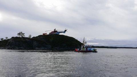 I tillegg til redningsskøyte, brannbåtar og helikopter, er det fleire båtar som no søker etter fridykkaren.