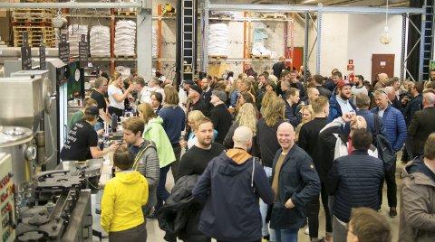 Fullt hus: Produksjonslokalene til Bådin bryggeri var fylt til siste plass både fredag og lørdag kveld av interesserte ølsmakere. Foto: Ølfestivalen