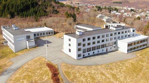 Tomta er på hele 28 mål og bygningsmassen er på vel 5400 kvadratmeter.