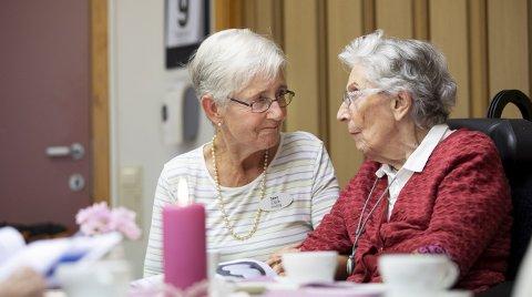 To ganger i uken besøker Jane Clark (75) (t.v.) Ena                           Hennes på Gullstøltunet sykehjem. Ena har demens, men blomstrer idet Jane kommer inn døren.