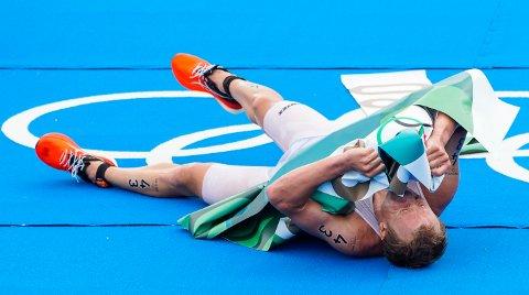 Slik så det ut da en fullstendig utslitt Kristian Blummenfelt hadde løpt i mål til OL-gull i triatlon.