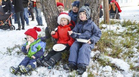Koste seg med grøt: Brage og Trym Remmen Bottolfs, Emilian R. Jokerud, Tuva og Birk Omtveit koste seg med julegrøt.