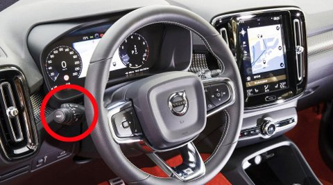 ER DER FOR EN GRUNN: Jo, hendelen til venstre på rattet har en viktig funksjon. Og den må brukes.