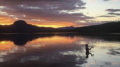 VINNER 2017: Fiskegutt i solnedgang ved Soneren. Også i 2016 vant et bilde tatt i solnedgang – ser vi en gjenganger?Foto: Stine Veronica Nilsen