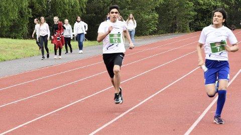 NESTEN DØDT LØP: Mustafa Zaid fra Vikersund skole (startnummer 12) manglet bare bitte litt på å komme først i mål. Men Krokstad skole var strået hvassere.
