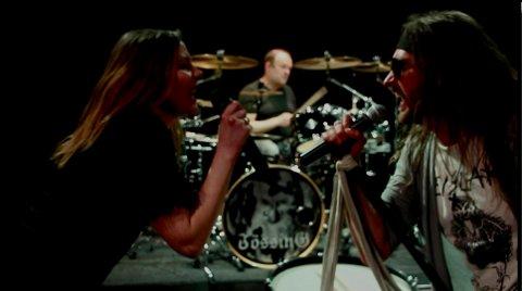 SAMARBEID: Jössing har gitt ut singler siden 2018. Her er Davina Julienne Anastasia Hill og vokalist Kenneth Mydland under innspillingen av en musikkvideo.
