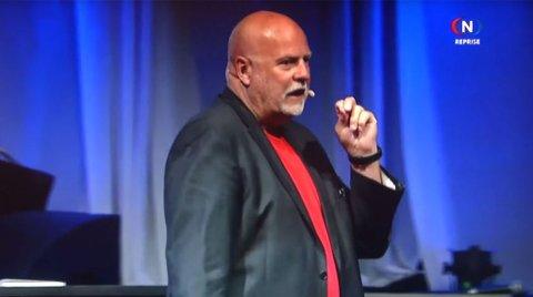 Redaktør Jan Hanvold i TV Visjon Norge provoserer med uttalelser om at Gud reddet førerkortet hans med å starte en brann.