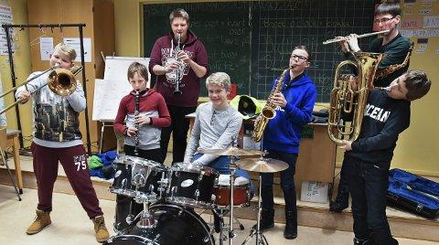 Hovedkorpset: Musikanter i hovedkorpset på Flateby: Fra venstre: Billy, Filip, Therese, Allan, Thomas, Daniel og Robin.