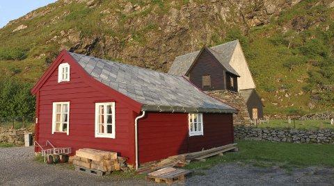 RIVE ELLER REDDE: – Det historiske huset måtte rivast eller reddast, fortel Knut Magne Nesse. ALLE FOTO: PRIVAT