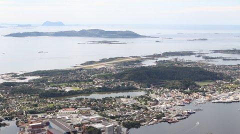 Flyfoto frå Florø sentrum og sørover mot Oddane, Askrova og lengst i sør, Alden.