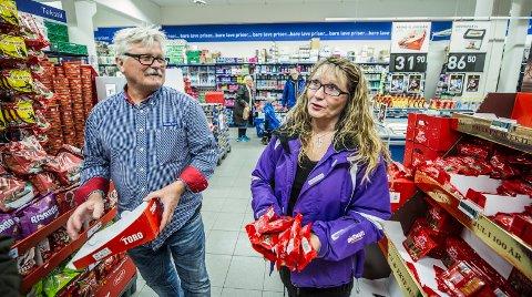 BILLIGSALG: Prisdumping hos matvarekjedene. Rema-sjef Dag Aspelund og Anita Johannessen i hyggelig prat i butikken. Foto: Geir A. Carlsson
