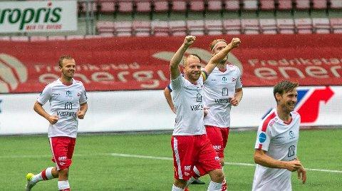 Henrik Kjelsrud Johansen jubler for nok en scoring i FFK-drakta. Det har blitt mye jubel denne sesongen, og folk flest mener få justeringer skal til ved et opprykk. Stian Stray Molde, Mads Nielsen og Nicolay Solberg er også på bildet.