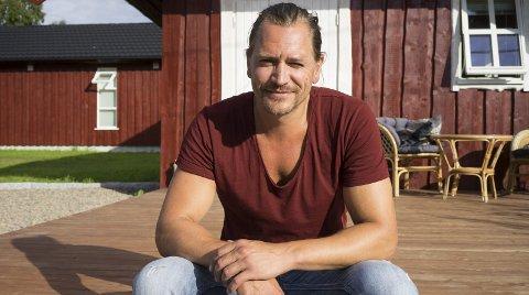 Hjemme: - Det er her jeg virkelig føler meg hjemme, forteller Per Kjerstad utenfor familiehuset på Kjerstad. Skuespilleren går en spennende og travel tid i vente. Nå venter innspilling av barnefilm for 39-åringen. Alle foto: Terese Larsåsen.