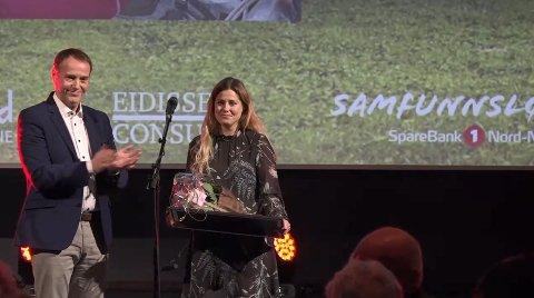 Anette Sagen ble tildelt prisen Århundrets kvinnelige idrettsutøver under idrettsgallaen lørdag kveld. Her ved sjefredaktør i Avisa Nordland, Jan-Eirik Hansen.