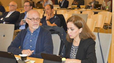 SENTRALT: SV, her ved Michael Bo Bergman og Mehri  Mohebzadeh, mente i kommunestyret at bosetting på Skoppum vil gjøre arbeidet med integrering vanskeligere.