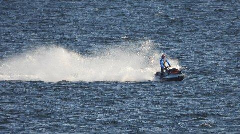 FULL FART: Mange syns fart er moro på sjøen. Men det kan skape farlige situasjoner. Roklubben er bekymret.
