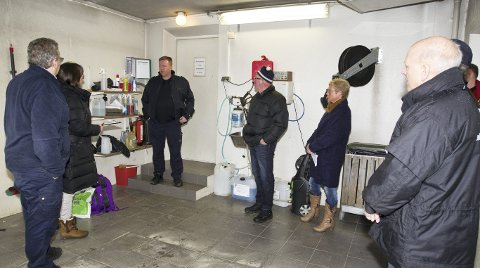 BEFARING: Brannsjef Bjørn Stolt informerte Arbeidstilsynet og ansatte i kommunen om hva som ble gjort umiddelbart etter uhellet. FOTO: KJELL R: HERMANSEN