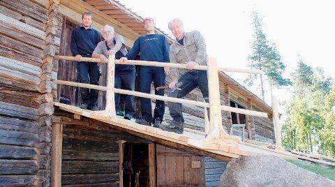 Skogfinsk museum stiller med håndverkere som fullfører restaurering av låven. Erling Aasheim (f.h.) leder arbeidet, med Vidar Stenbekken, Jacobus Wessels og Andre Jøndal.