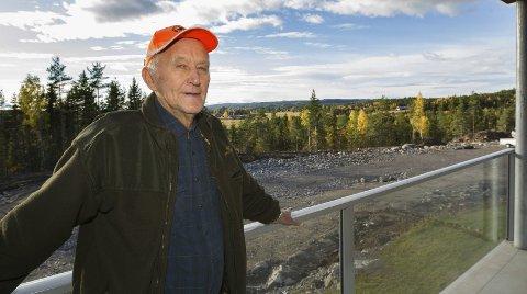 Stortrives: Lars M. Woie nyter utsikten fra verandaen.– Bare de får planert og gjort ferdig ute, blir det kjempefint her, sier han. Bilder: Kjell R. Hermansen