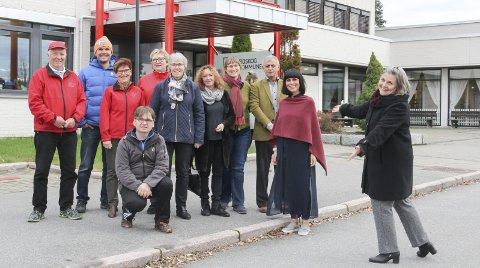 BRAKER LØS LØRDAG: Denne gjengen og flere til gir deg kulturuka i Eidskog! Fra venstre Arne Bratås, Joakim Leveborn Nilsson, Anne Berit Svendsen, Raymond Myrvold (foran), Bjørg Dyblie, Ingrid Slettum Brænd, Randi Heggland Strøm, Ali Fuat Gündogmus, Hilde Mæhlum, og en takknemlig kultursjef May-Britt Verhaug.