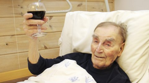 – TOAST!: – Toast og skål! sier George Melford Nygaard. Han skåler ikke fordi han er blitt Norges eldste mann, men rett og slett fordi han liker et glass vin.BILDER: SIGMUND FOSSEN